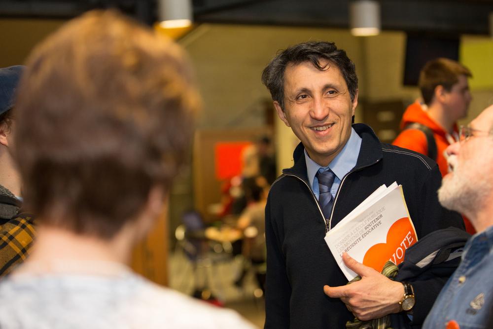Amir Khadir, député de Québec solidaire à l'Assemblée nationale, visite les étudiant de l'Université du Québec à Chicoutimi.