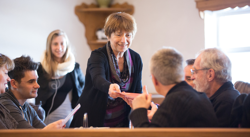 Françoise David, co-porte-parole et élue de Québec solidaire, de passage à Victoriaville, rencontre les électeurs de la région dans une fromagerie locale.