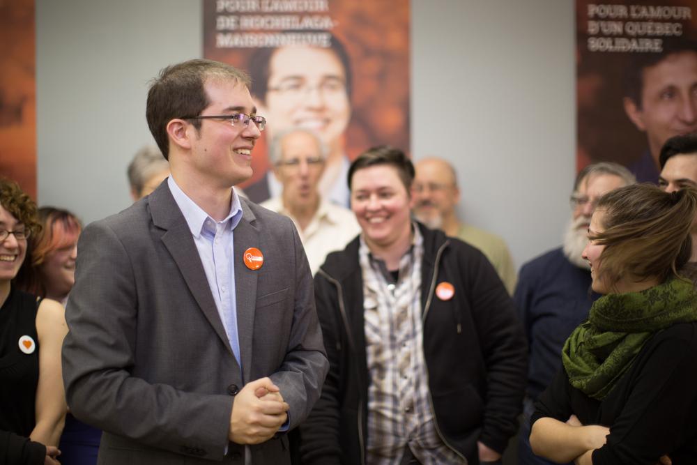 Alexandre Leduc, candidat de Québec solidaire dans Hochelaga-Maisonneuve, prononce un discours devant son équipe et des partisans, dans son local électoral de la rue Ontario.
