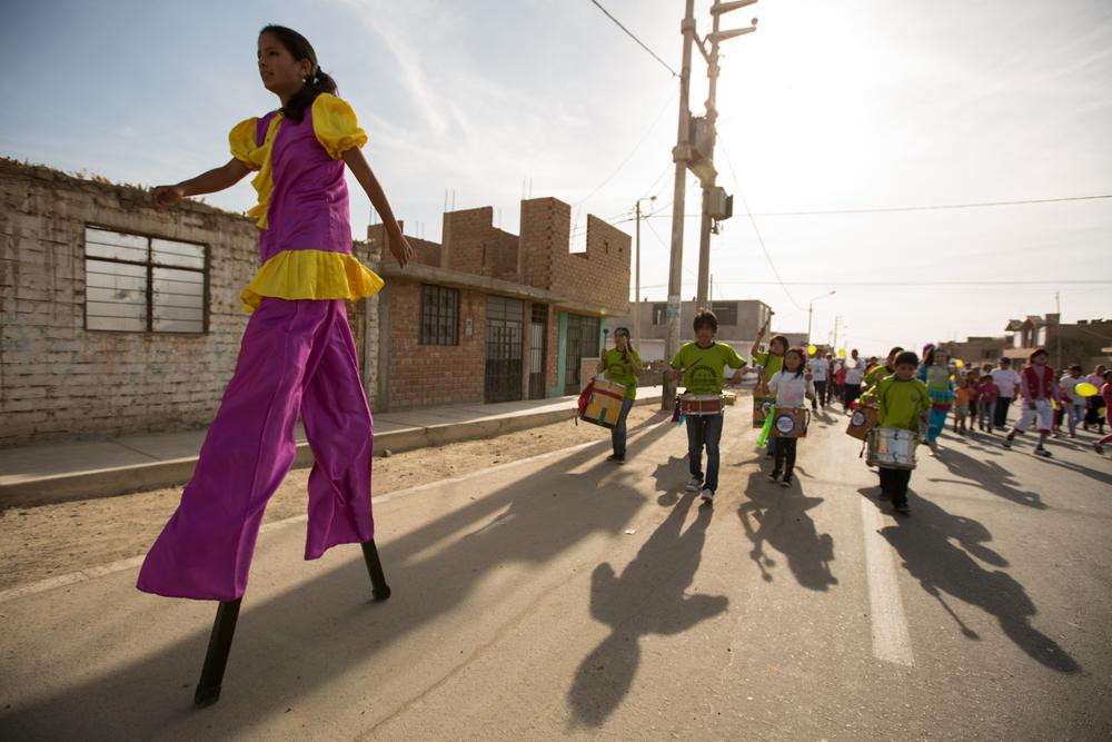 La troupe éclipse totale fanfaronne dans les rues d'Ica