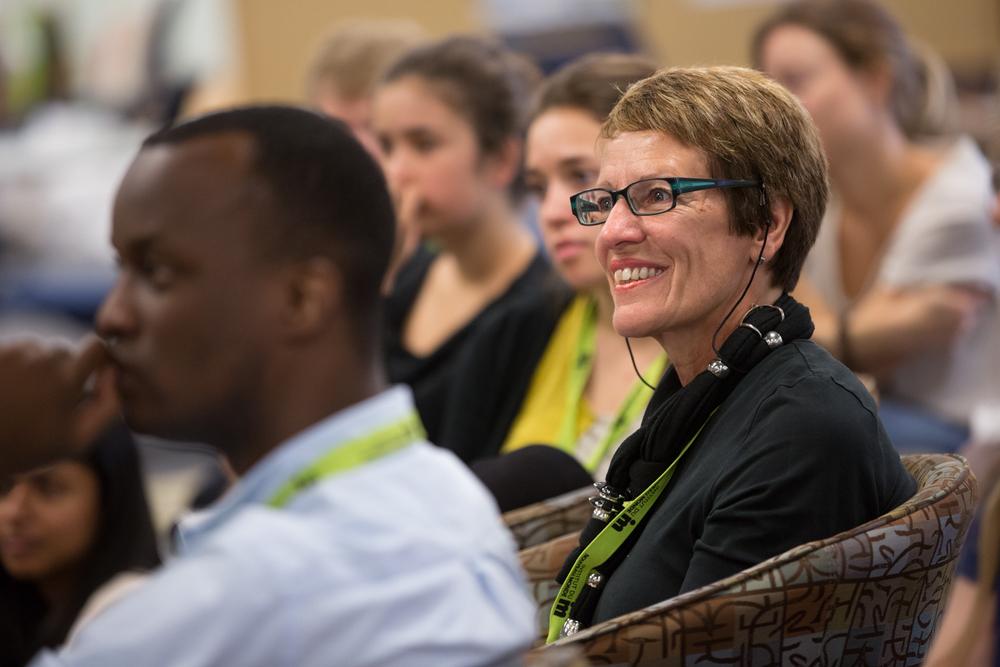 Une participante écoute Mylène Paquette.