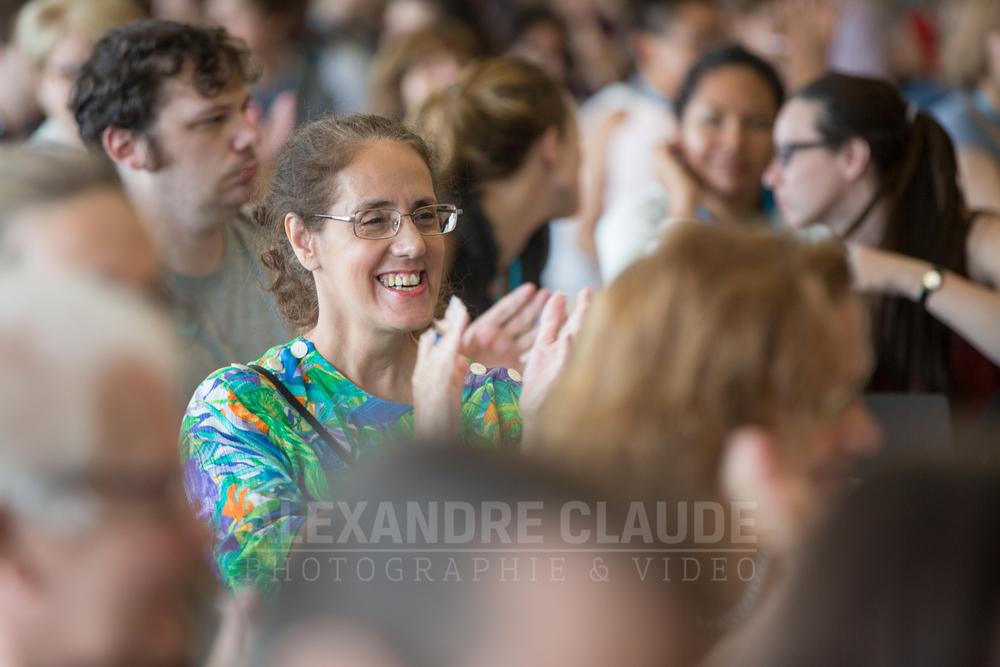Participante qui assiste au d îner-conférence avec Lise Payette et Émilie Guimond-Bélanger.