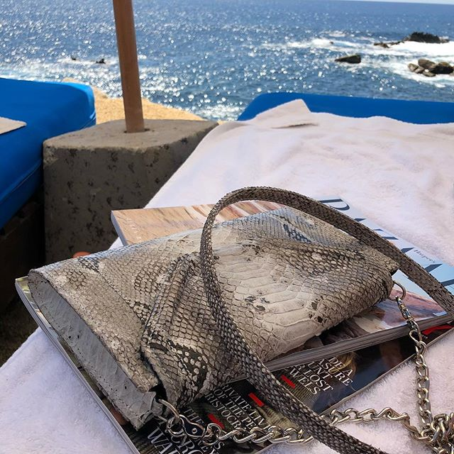 Relaxing for the weekend with my Folio cross-body❣️#bespoke #mystyle #handbags #womensfashion #crossbodybag #resort