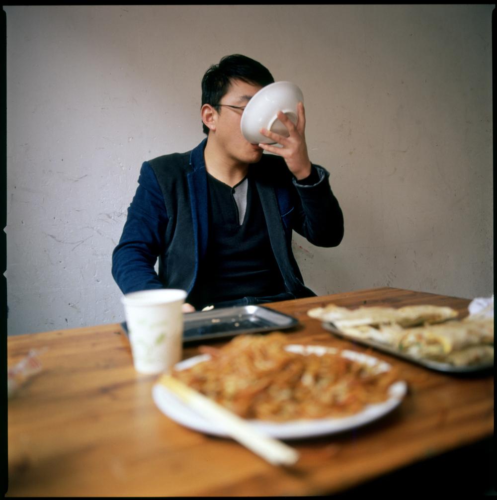 6-jovem-a-comer-sopa-zz.jpg