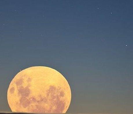 """""""Mondlicht überflutet alles, nur nicht die hellsten Sterne.  """"  - J.R.R. Tolkien, The Lord of the Rings"""
