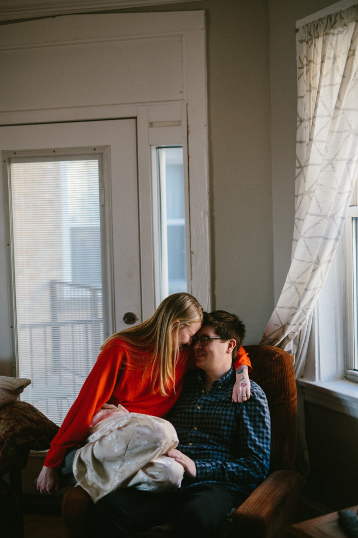 Chicago-Engagement-Photos-Pizza-Apartment-15.jpg