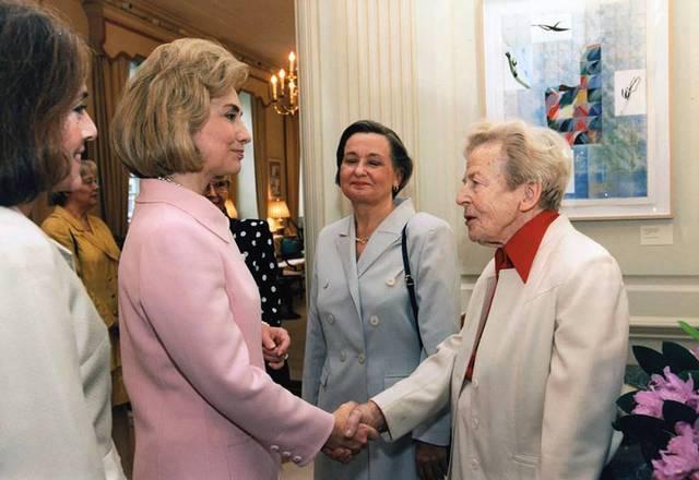 Helvi Sipila (right) meets Hilary Clinton (left)