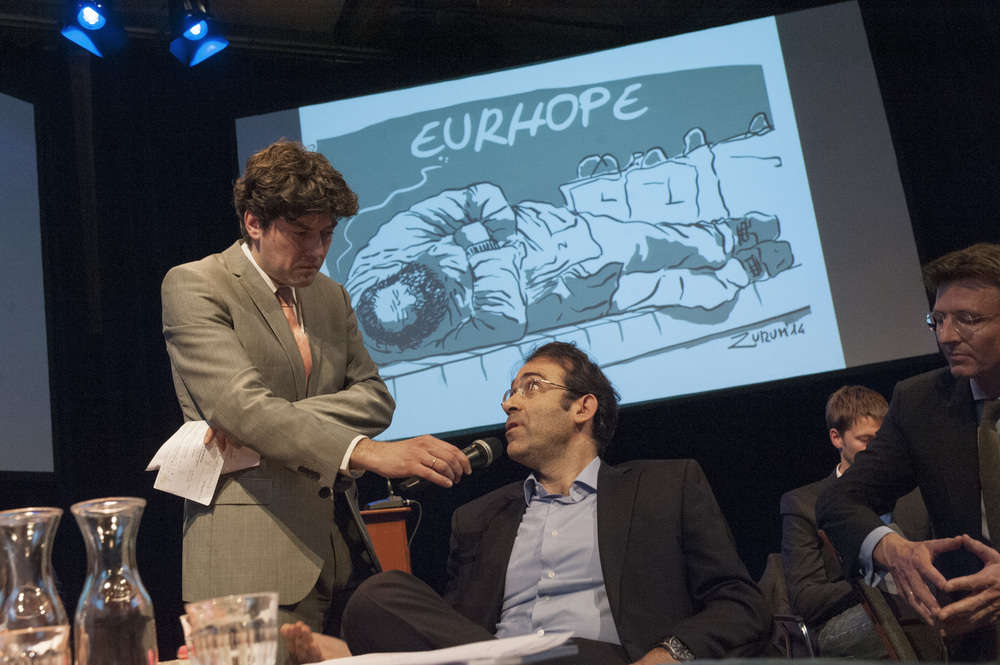 Moderator Lennart Booij and keynote speaker George Pagoulatos, with the  cartoon  EurHope  by Zurum  in the background ©Jan Boeve