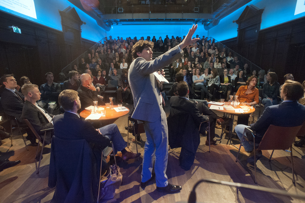 Moderator Lennart Booij and the debate participants at De Balie on 10 April. ©Jan Boeve.