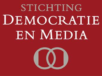 Stichting Democratie Media logo met rode achtergrond.jpg
