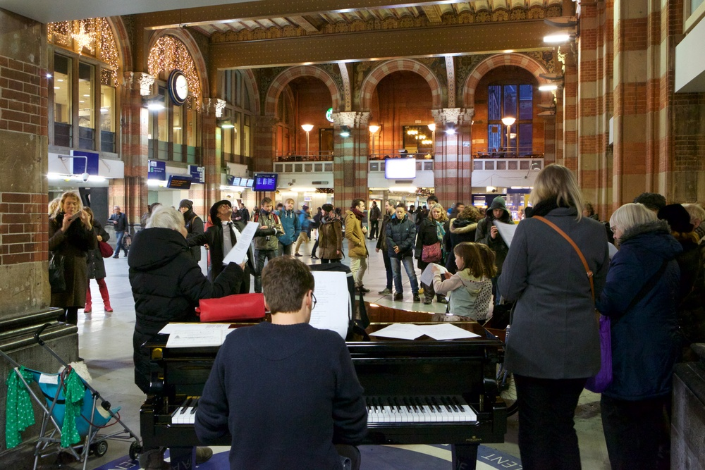 100% Amsterdam participants on 8 December at Amsterdam Central station. Photo ©Ernst van Deursen