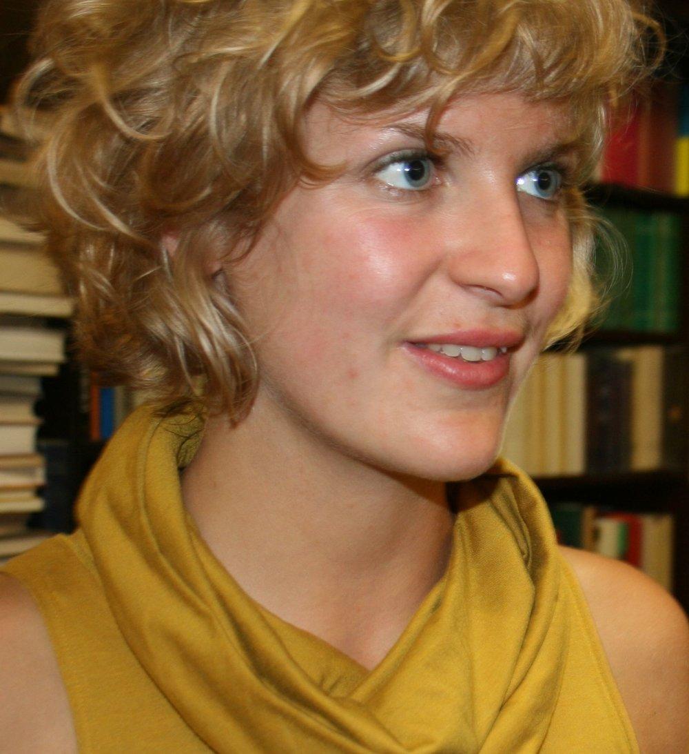 Niña Weijers - (1987) studeerde literatuurwetenschap in Amsterdam en Dublin. Ze publiceerde verhalen in o.a. Passionate Magazine en De Gids, en verzorgde literaire bijdragen tijdens de Kamermans Kermis- reeks in De Balie. Momenteel werkt ze aan haar debuutroman. Voor Academisch-cultureel centrum SPUI25, waar ze werkzaam is als programmamedewerker, hield zij zich bezig met de organisatie van de reeks Narratives for Europe: Stories that matter.