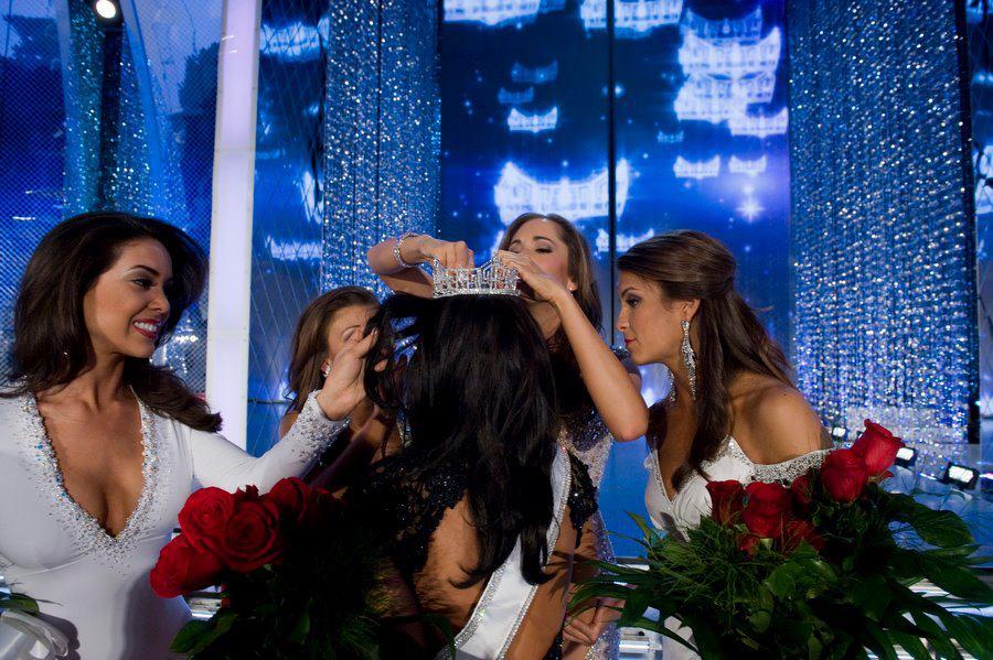 kaitlinmonte missny missamerica fixing crown laura kaeppoler.jpg