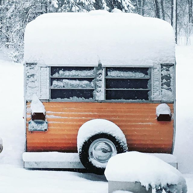 The Tin Mango looked so cute in the Minnesota snow, but I am glad she is in storage this winter! ❄️ #tbt #vintagecamper #thetinmango #trailblazer