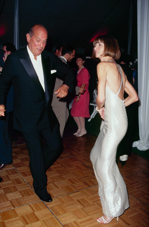 Anna and Oscar de la Renta cutting a rug in 1995, the same year she started co-chairing the Met Gala.