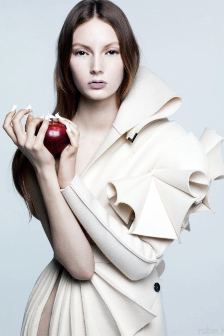 Although much of it has to do with the styling, this is undeniably Snow White-esque.