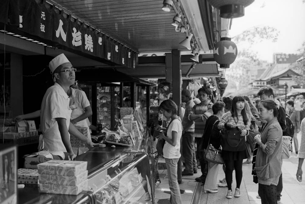Senso-ji (Asakusa), Tokyo - stores like this sold a variety of delicious baked goods.