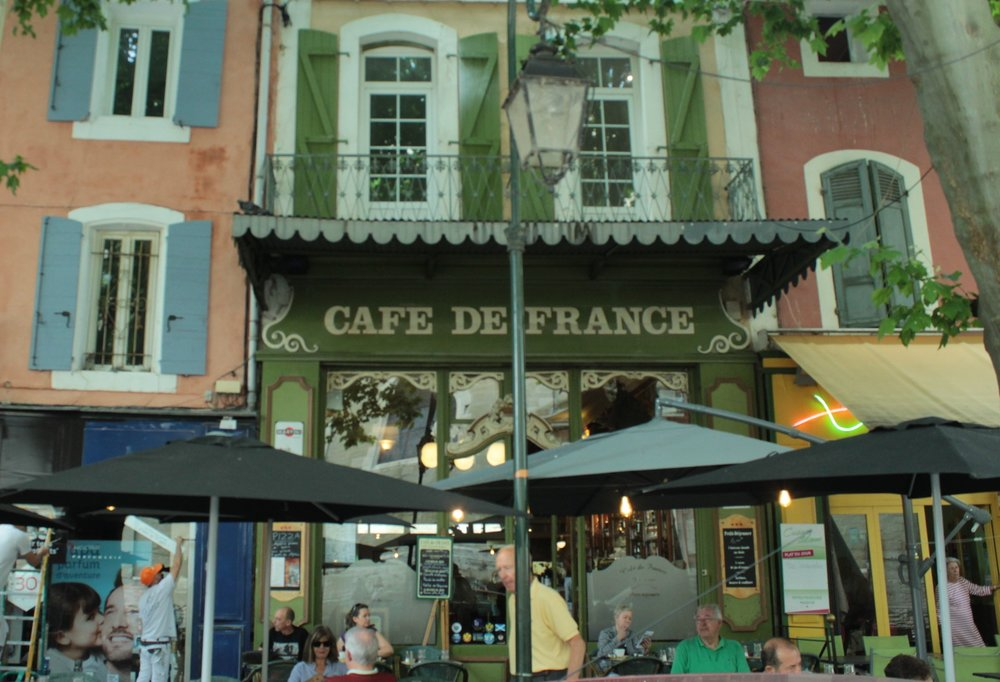 A café overlooks the Chapelle des Pénitents Blanches in Îles de la Sorgue.