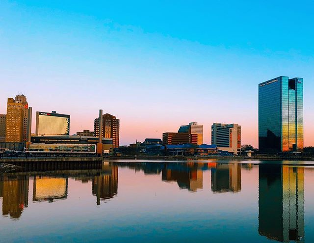 Glass on Glass 👌🏼 ▫️ ▫️ 📸 @danielrwoodcock ▫️ ▫️ #downtown419 #downtowntoledo #toledo #ohio #glasscity #igers_toledo #419 #youwilldobetterintoledo #toledoohio #ohioexplored #ohiogram #letsroamohio #inthe419 #igersmidwest #myohioadventure #naturalohio #ig_unitedstates #streets_vision #usaprimeshot #shotzdelight #ig_northamerica #citygrammers #killyourcity #heatercentral