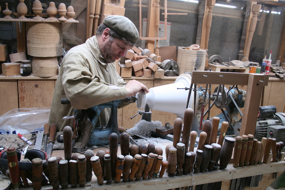 Master woodturner at work (Joost Kramer).