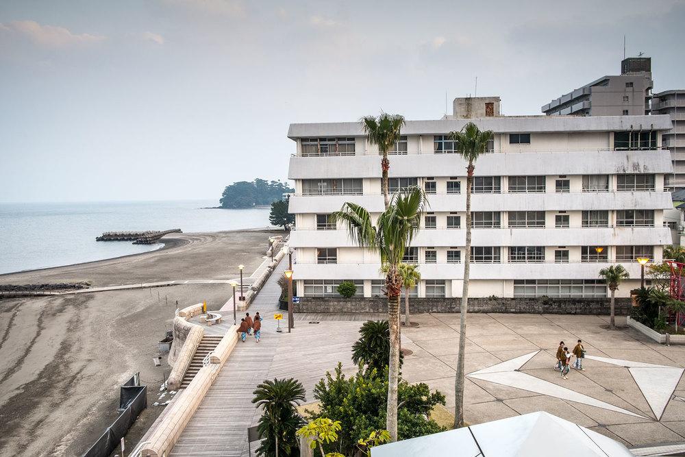 Il complesso termale di Ibusuki. Quelle in yukata sono persone che stanno scendendo in spiaggia a farsi insabbiare per bene.