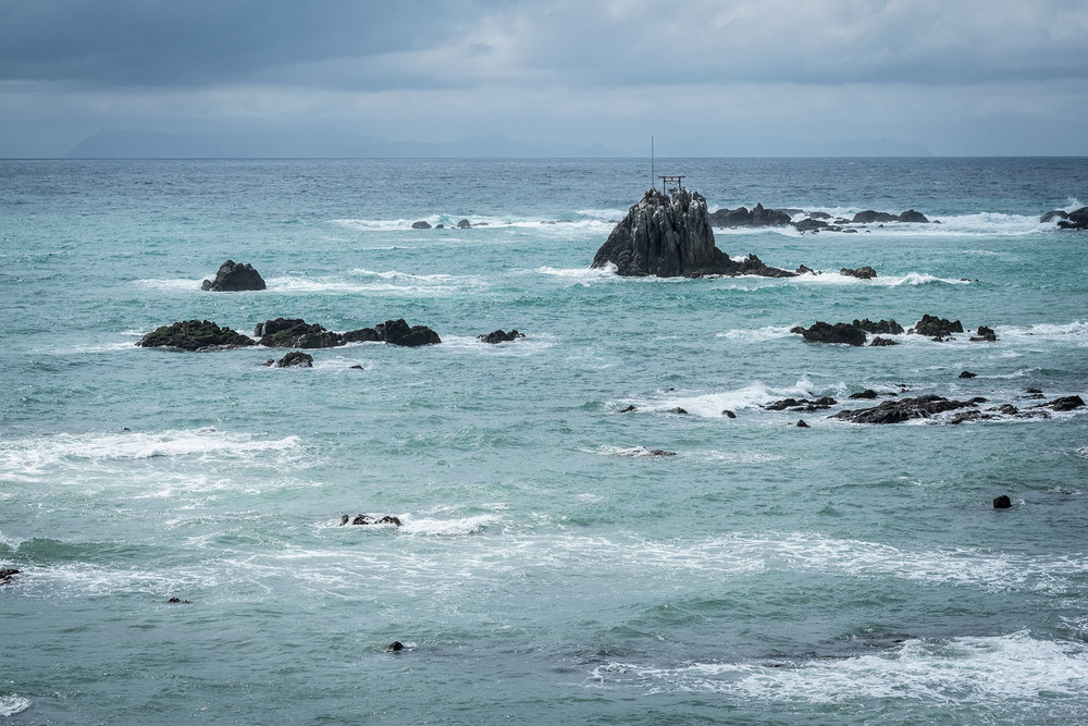 Un Torii in mezzo al mare.