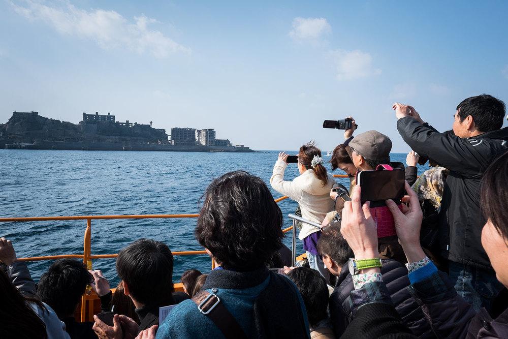 Dopo un'ora di traghetto, finalmente Gunkanjima all'orizzonte. E via, giù tutti a far foto.