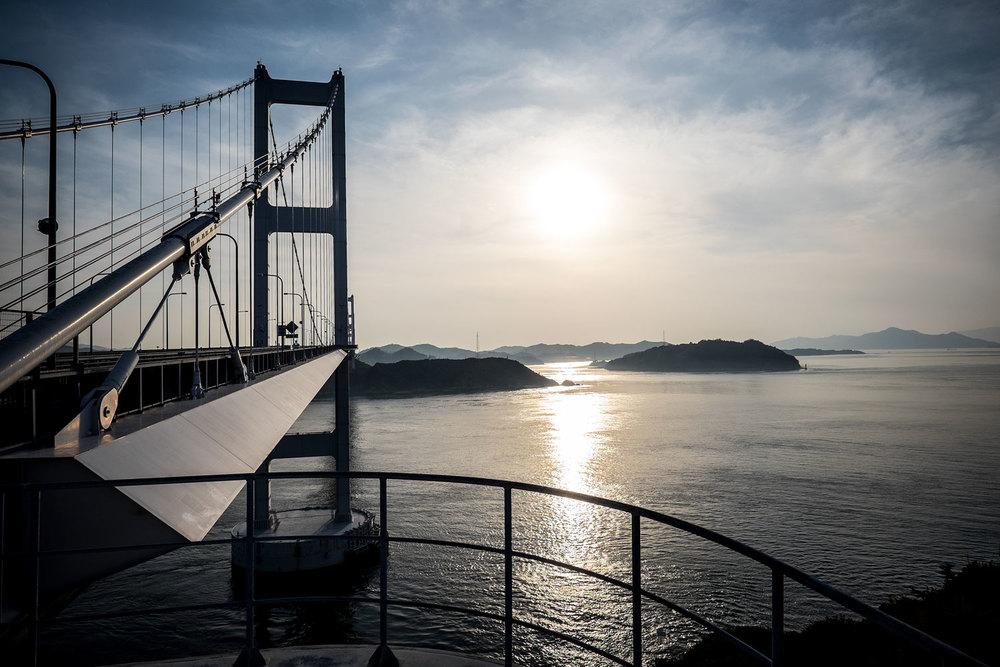Il tramonto sul primo ponte della Shimanami Kaidō, lungo più di 3 km.