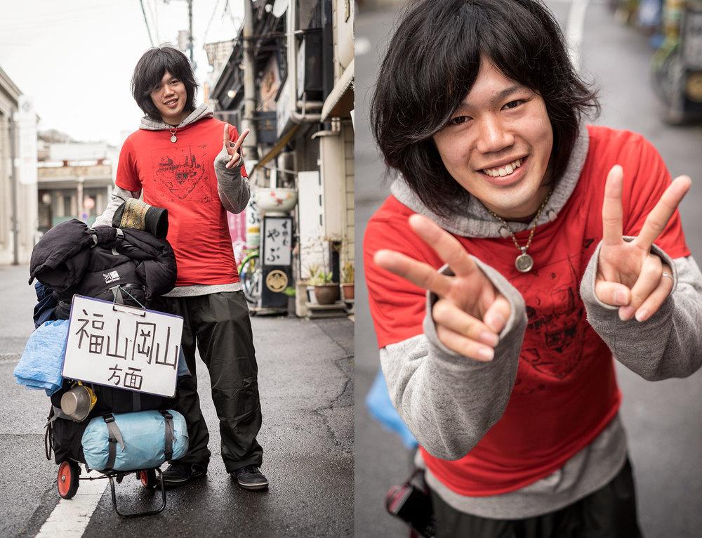 Hiroki, prima della partenza dall'ostello di Onomichi, con la maglietta della Babel Line che gli abbiamo regalato