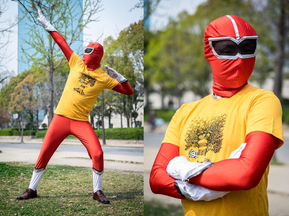 Il famigerato power ranger rosso con addosso la sua nuova maglietta della Babel Line