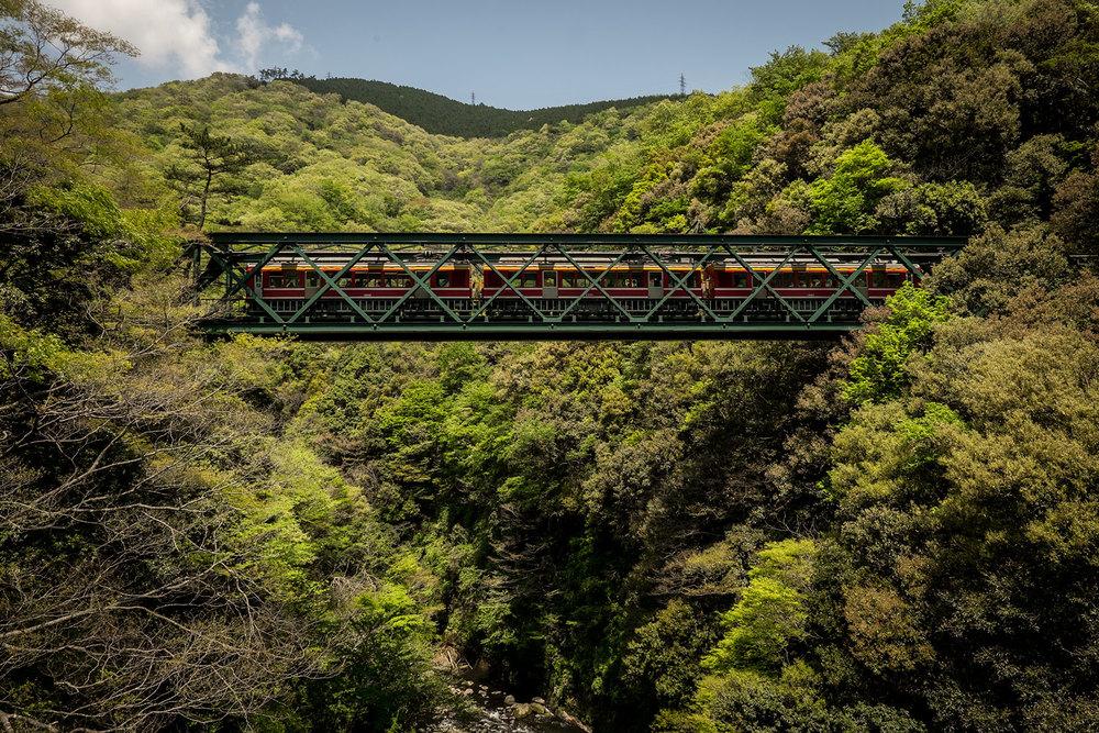 Una ferrovia sospesa nelle montagne, scendendo da Hakone.