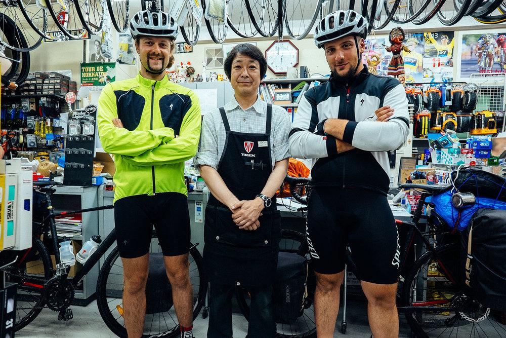 Noi con il proprietario di Ono Cycle Sapporo