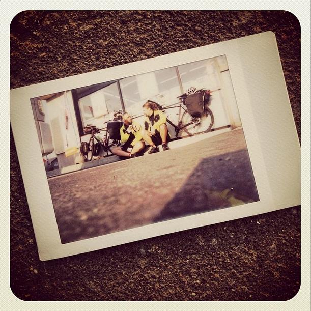 Una mini birretta in un minivillaggio a fine giornata, Abiramura. (Fujifilm Instax)
