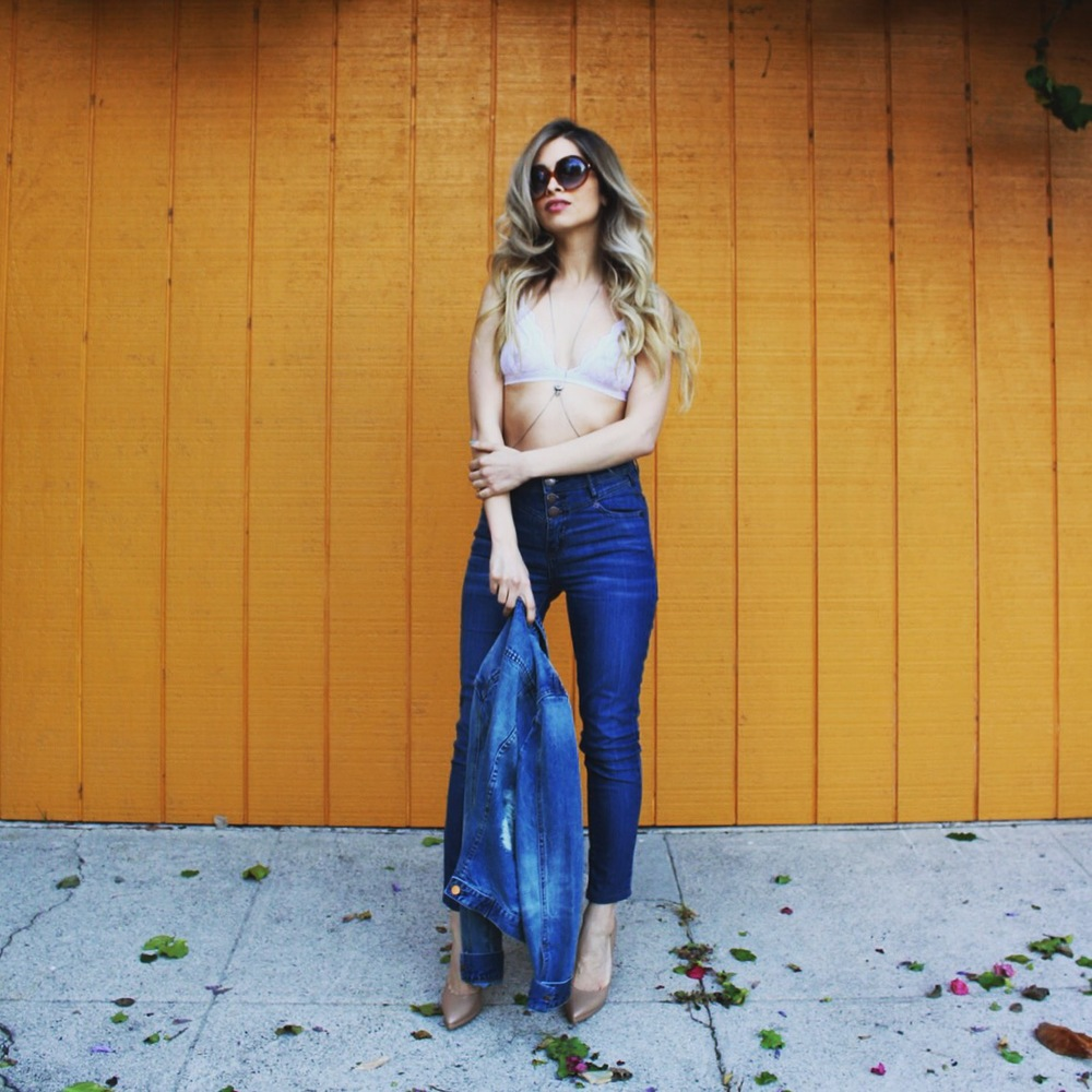 how to wear denim on denim_denim trends_la blogger_savvy javvy_balayage hair_tom ford sunglasses_nude heels_nude pumps_for love and lemons bra_bcbgeneration jeans_denim jacket_high waisted jeans_street style