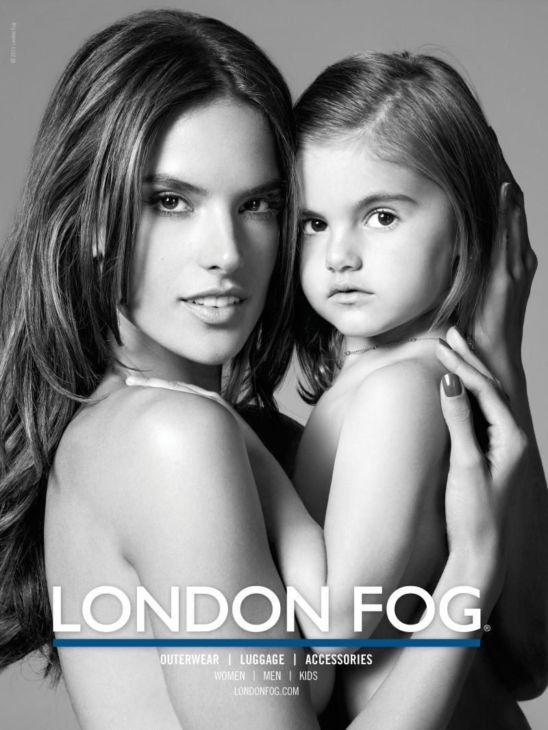 A campanha para a London Fog da Alessandra Ambrosio e filha está um mimo, muito querida, muito fofa e afins. É impossível não gostar - acho que o desejo de qualquer mulher (mãe) é concretizar algo do género com o seu/sua filho/filha. Deve ser aquele cliché que não cansa nem passa de moda. E que se vai modernizando com o tempo (e a tecnologia). A miúda tem tanta pinta e jeito para a coisa, não tem? Imagem: fashiongonerogue.com