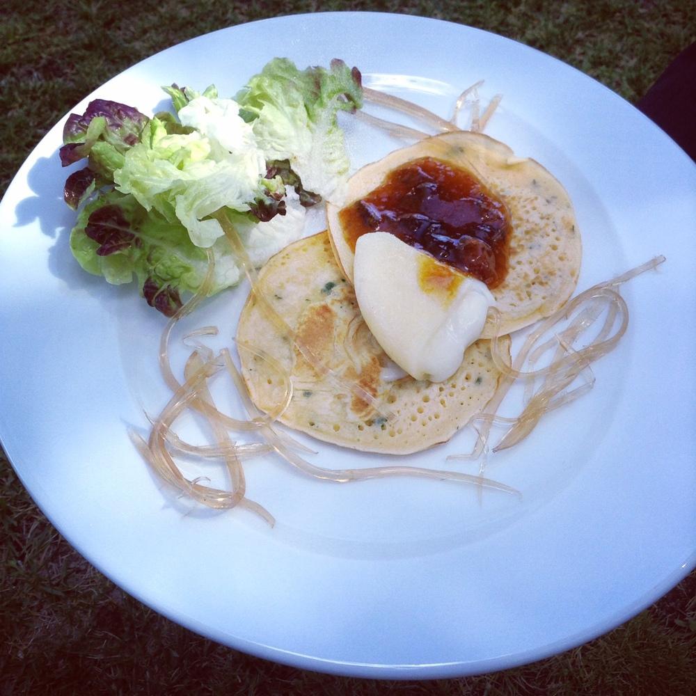 prato mega saboroso em jeito #regionalproductscooking: panquecas de ervas finas com #queijodeazeitão, #compotadeameixa e esparguete de #moscatel