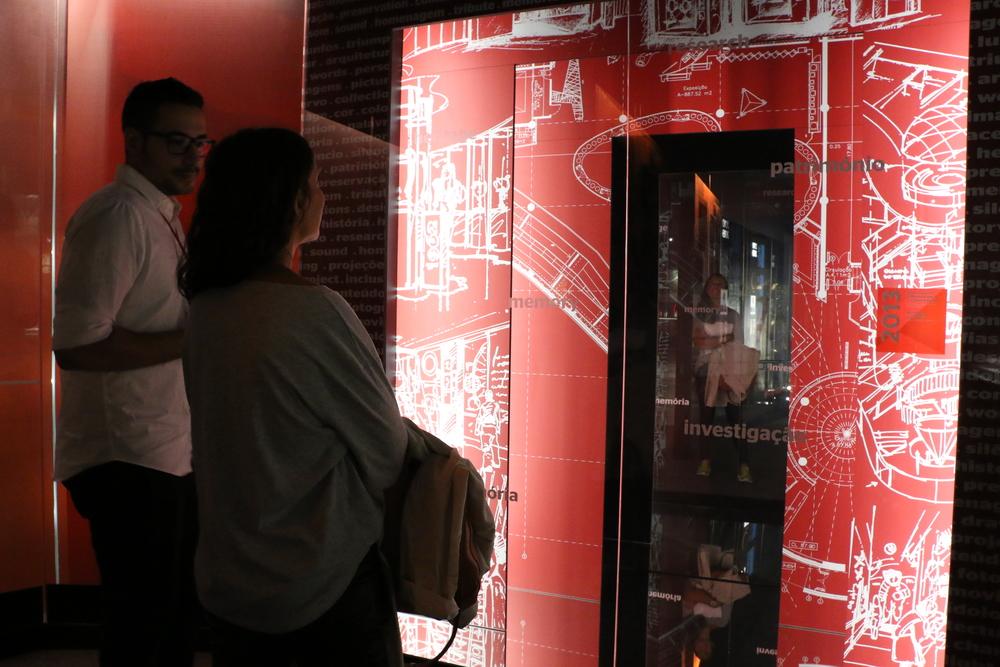 as portas que representam a inauguração do museu, em Julho de 2013