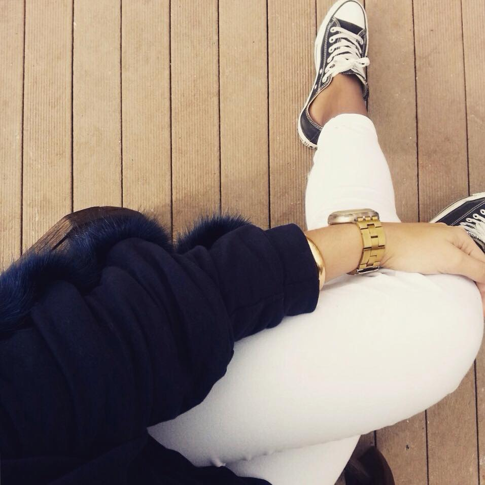 white blue outfit converse