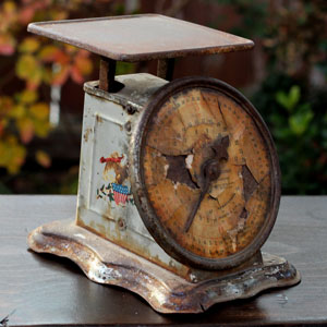 SMALL RUSTY POSTAL SCALE - $5    MORE DETAILS & PICS...