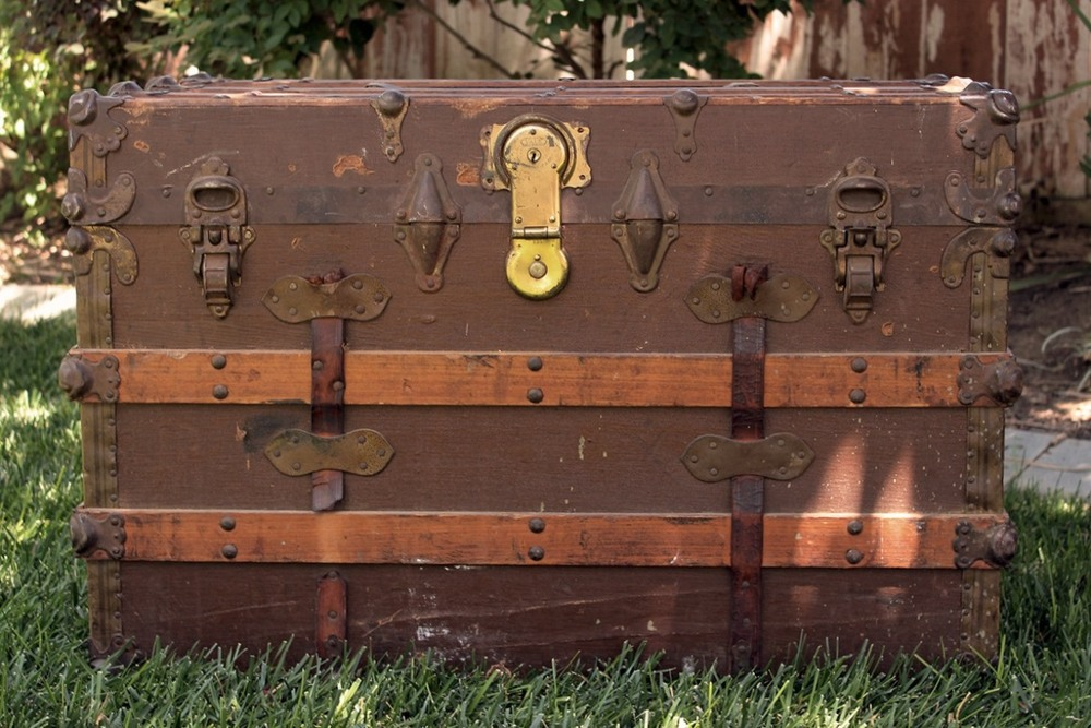 Brown Canvas & Wood Steamer Trunk - $40    MORE DETAILS & PICS...