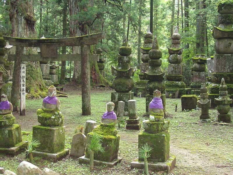 Okunoin_Cemetery,_Koyasan,_Japan.jpg