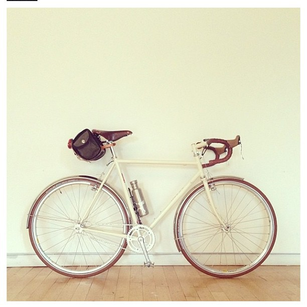 @curtisschmitt 's sweet urban tour. Decked out with an acorn saddle bag! Creamy!