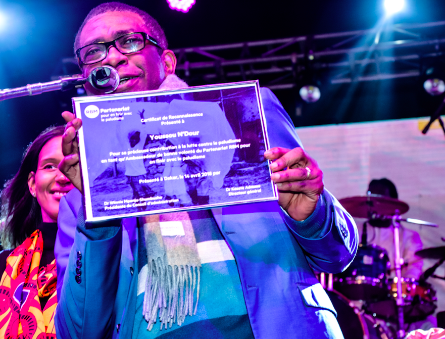 Youssou Ndour shares his certificate of recognition from the RBM Partnership to End Malaria. A long-time champion for the elimination of malaria, he gave gala attendees a private concert at the MIM.