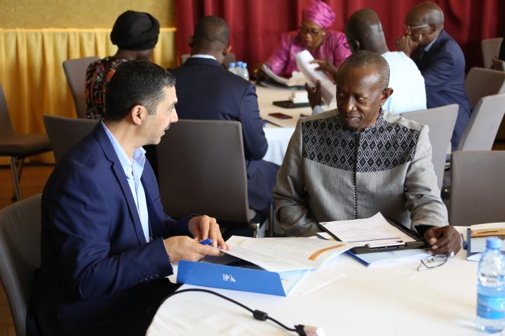 - Hamadou Boucari (gauche) et Dr. Ing. Cheikh Sidia Touré du Cabinet EDE, modérateur de l'atelier, participant à la récente réunion d'information et relisant la nouvelle vision de l'ONAS.