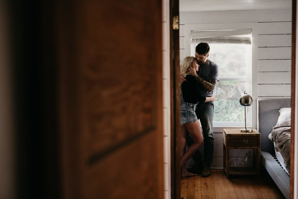 Intimate-Cabin-Couples-Photography