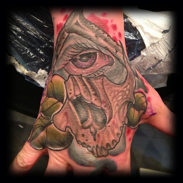 18-skull_hand.jpg