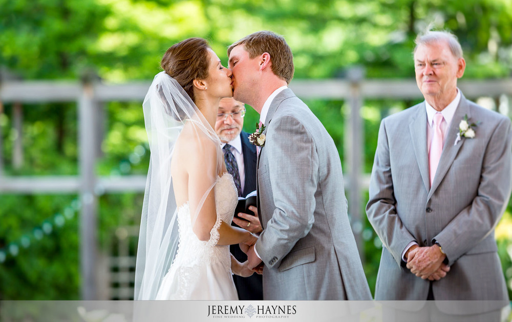 27 Indianapolis Art Center Indianapolis, IN Wedding Kiss Photo.jpg
