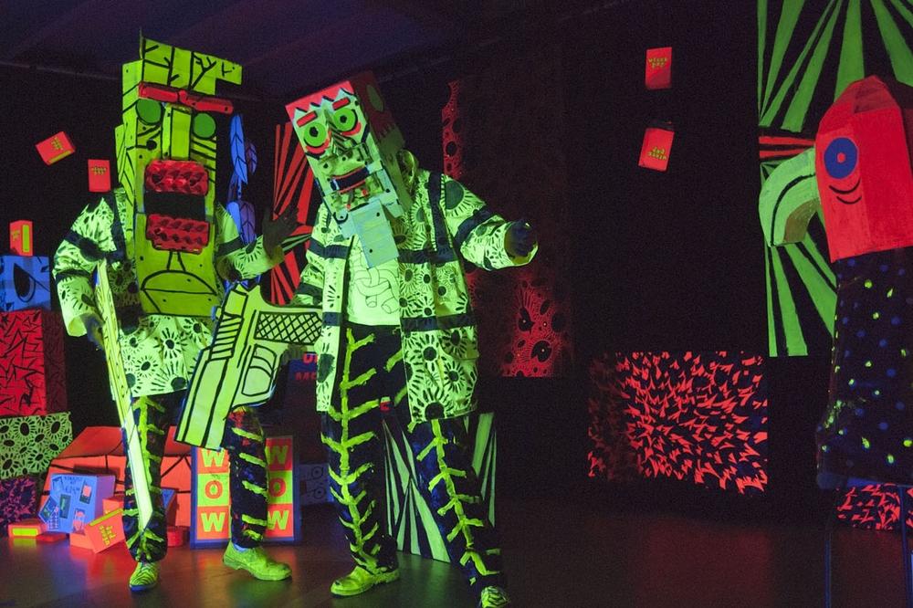 De Drie Zilverberkjes Performance met kartonnen objecten en blacklight. Was te zien tijdens l'Avventura Tilburg. Spel, concept en uitwerking: Jeroen de Leijer en Steppie Lloyd Trumpstein. Soundtrack door Leonard Bedaux.