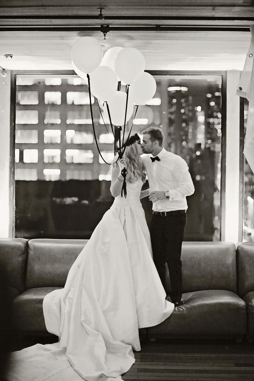 """""""Da vi fant ut at vi ville ha et destinasjonsbryllup kontaktet vi flere bryllupsplanleggere i Norge, men Vakre Bryllup utmerket seg allerede ved første mail. Valget falt på New York.De hjalp til med valg av farger og stil, og alle drømmer jeg hadde på forhånd strakk de seg langt for å imøtekomme. Hadde det ikke vært for Vakre Bryllup hadde nok ikke dagen blitt så bra som den ble. Anbefaler alle som skal gifte seg å bruke Vakre Bryllup, da kan dere nye tiden før bryllupet og bryllupsdagen mens dere lar profesjonelle ta seg av dette."""" Anna Lena og Svein Marius"""