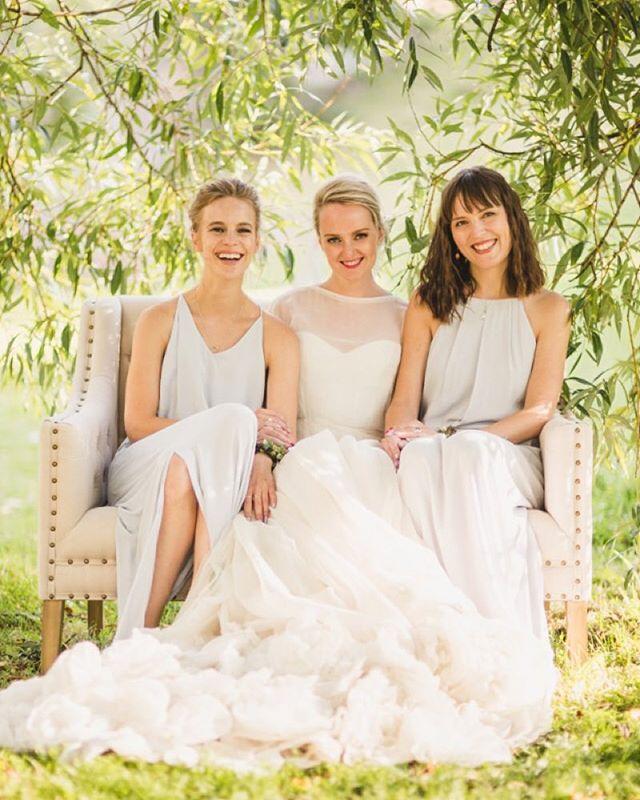 Gorgeous @tinelini in her @leilahafzi wedding dress with her lovely maids of honour 💕💕 photo: @trulsfossum 💙Dette bryllupet hadde brudeparet selv planlagt i 16mnd før de kontaktet oss. Vi kom inn i prosessen og jobbet på i 1mnd, dette var en veldig ny måte for oss å jobbe. Men vi likte det veldig godt og er absolutt noe vi gjør igjen. Aldri for sent å tilkalle profesjonell hjelp 💁🏼 #vakrebryllup #weddingsbyvakrebryllup #oslobryllup #wedding #weddingplanner #bryllupsplanlegger @dittbryllup @simenaah #tineogsimen #stimen